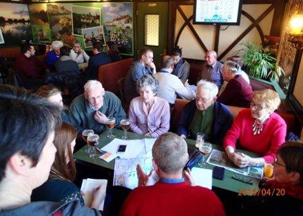 Echanges avec les habitants lors d'un apér'eau-mémoire au café du Petit St-Pierre à St-Omer